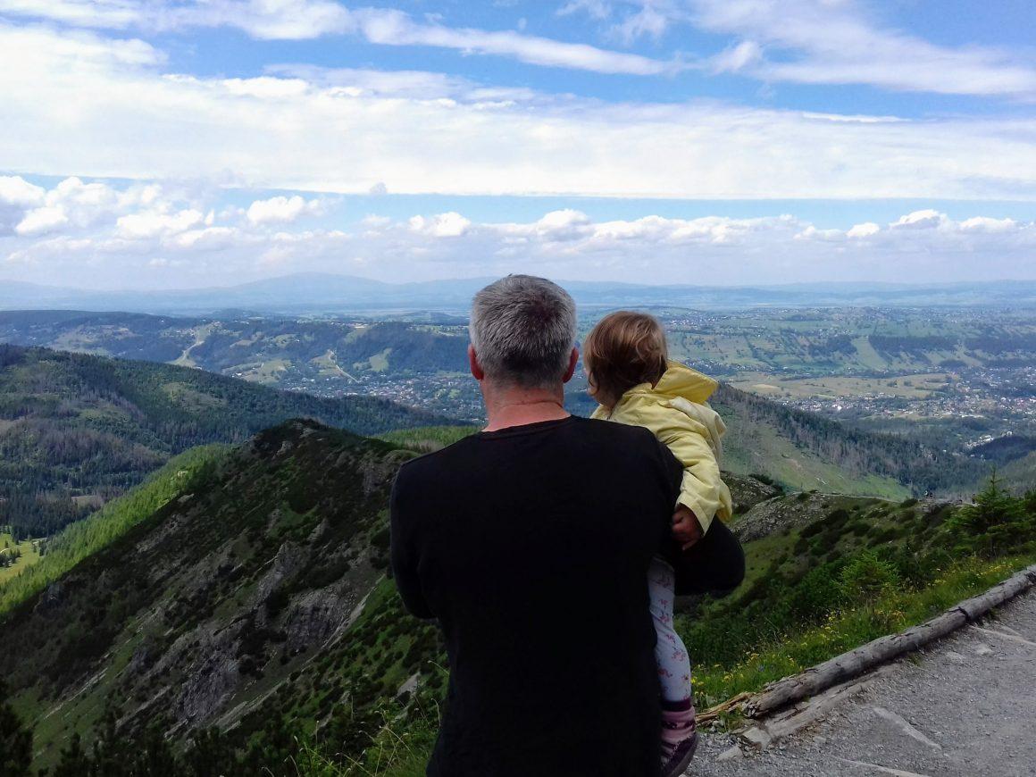 Ojciec z dzieckiem na rękach w Tatrach